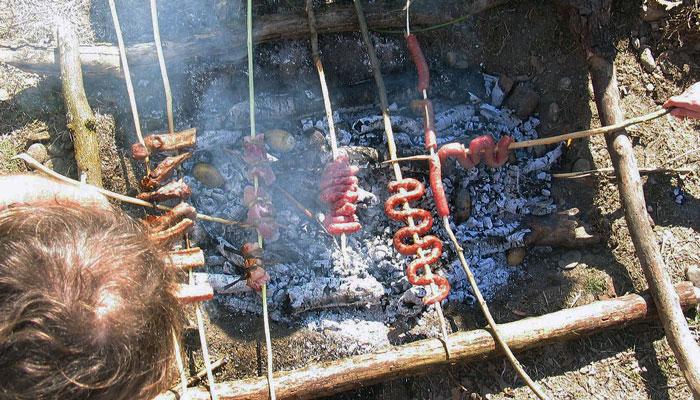 Cucinare alla trappeur: due idee per il fuoco a terra